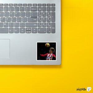 استیکر لپ تاپ آنتوان گریزمان روی لپتاپ