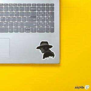 استیکر لپ تاپ مردی در تاریکی ویلیام روی لپتاپ