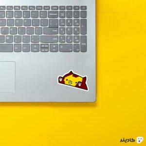 استیکر لپ تاپ گربه اهنین روی لپتاپ