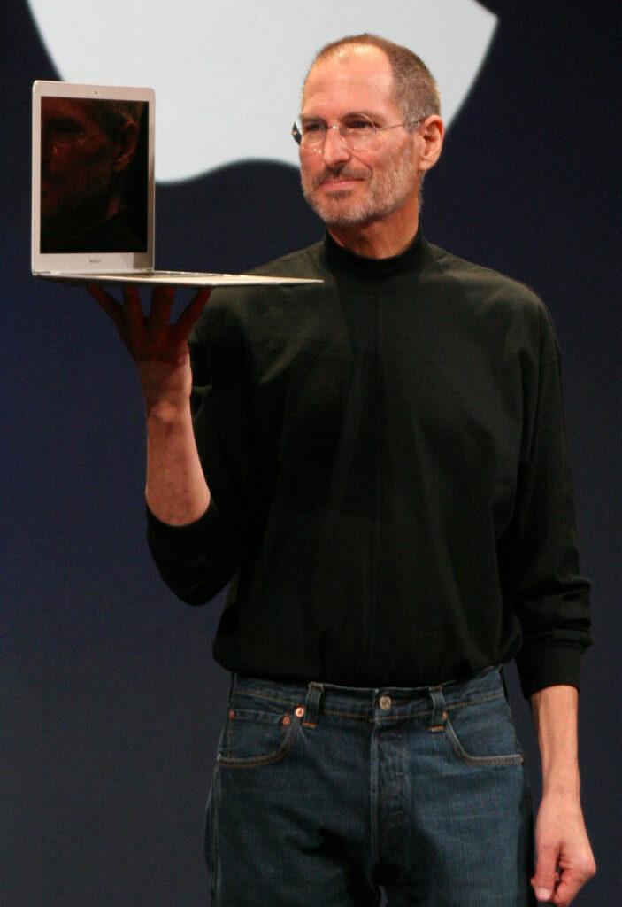 استیو جابز بنیانگذار شرکت اپل و جزو تاثیرگذارترین افراد دنیای دیجیتال است. او همچنین بنیانگذار استودیو انیمیشنسازی پیکسار بود. وی در ۵۶ سالی درگذشت.