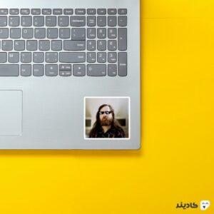 استیکر لپ تاپ ریچارد استالمن - استالمن با عینک روی لپتاپ