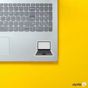 استیکر لپ تاپ تیم کوک - مک بوک روی لپتاپ