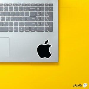 استیکر لپ تاپ استیو جابز - لوگوی مشکی اپل روی لپتاپ